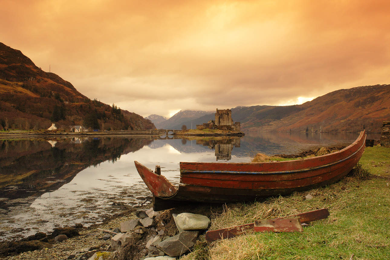 Boat-and-Eilean-Donan-Castle-at-sunrise