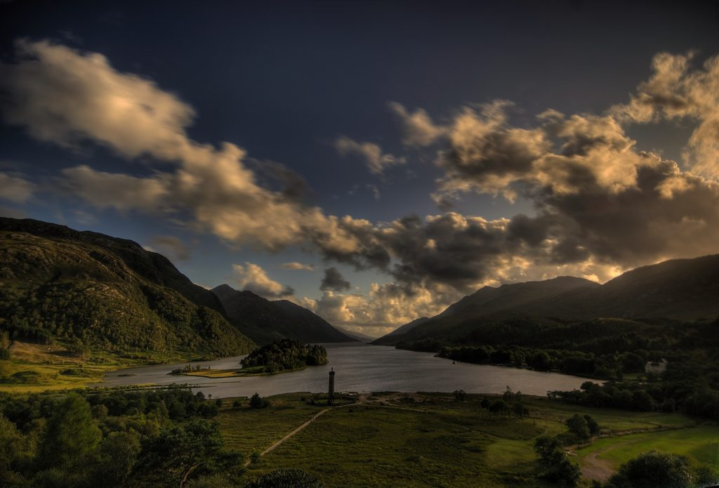 Glenfinnan_monument_and_Loch_Shiel